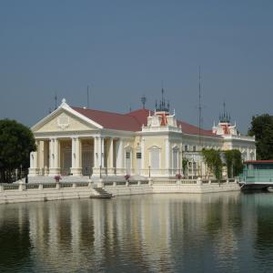 タイ アユタヤ バーンパイン宮殿は珍しい西欧風建築物