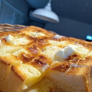 人は、パンだけを食べて生きているにあらず(バタートースト)