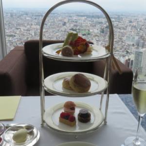 最高級ホテル「パークハイアット東京」の「ピークラウンジ」でアフタヌーンティーをいただく癒やしのひととき