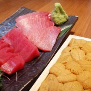 新鮮で美味な生ウニや中トロ、しめ鯖をはじめとした海鮮とともに日本酒(冷酒)をいただく幸せなひととき