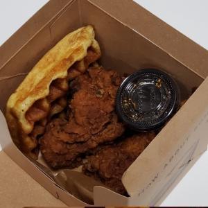 【阪急ニューヨークフェア2019】チキンにシロップ!?「フライドチキン&ワッフル(Bubby's)」