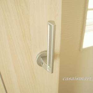 ドアノブの方向を縦にして、子ども・猫が勝手にドアを開けるのを防止する方法。