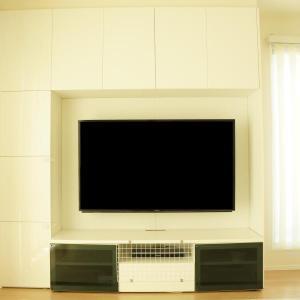 一条工務店テレビボードに設置可能なテレビの最大サイズは?壁掛け金具選びで注意したいこと。