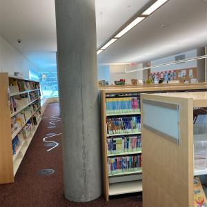 近所の図書館はこんな感じ