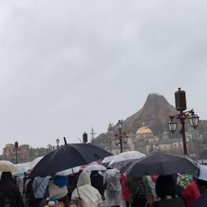 【宿泊旅行情報サイト】[Japan travel site]ディズニーシー開演後に大雨の中早歩きする人たち
