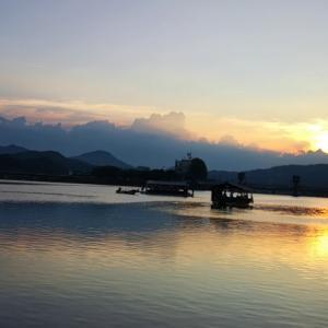 【宿泊旅行情報サイト】[Japan travel site]屋形船が出船し、夕日が沈む日田温泉の三隈川