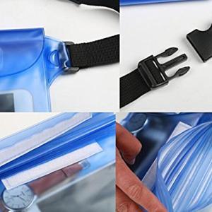 雨中のバイクツーリング。財布などの出し入れに便利な完全防水ポーチ。