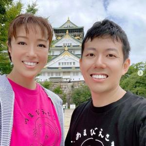 「あまびえ」のTシャツを着る北翔海莉と藤山扇治郎、そして海外からのライブ視聴