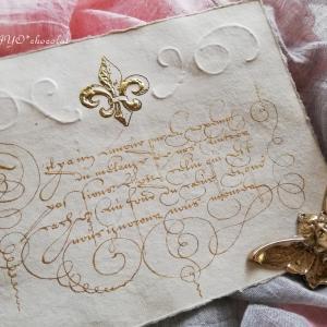百合紋章のペーパーに、ゴールドでLa Rochefoucauldの言葉を♪