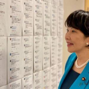 高市早苗氏、ツイッターの応援コメントを印刷して壁に張り出して笑顔 支持者のメッセージを眺める光景に違和感も