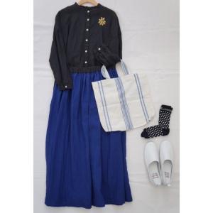 ブラックのリネンシャツとネイビーブルーのリネンスカートでコーデ