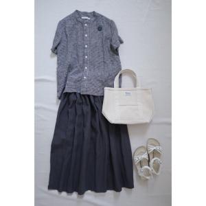 グレーネイビーのリネンスカートとギンガムチェックでナチュラル服コーデ