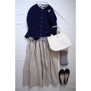 ブルーのカーディガンとキナリのリネンスカートでナチュラルコーデ