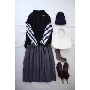 黒のニットベストとリネンスカートでナチュラル服コーデ