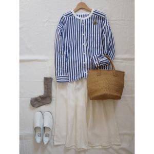 ブルーのストライプシャツと白のリネンガウチョでナチュラルコーデ