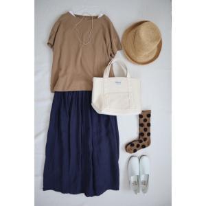 夏コーデ 紺色のリネンスカート