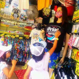 【台風】那覇市国際通りにある遊び心溢れるドン引き面白お土産屋さんに子供たちと潜入した話