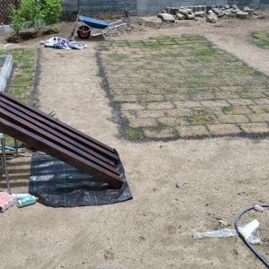 庭作りが進行中。とウエスティ小屋。