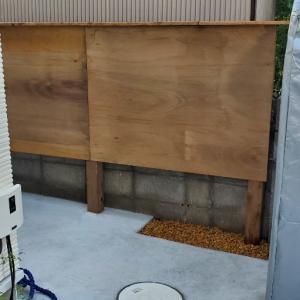 ウッドフェンスと看板。はウエスティ。