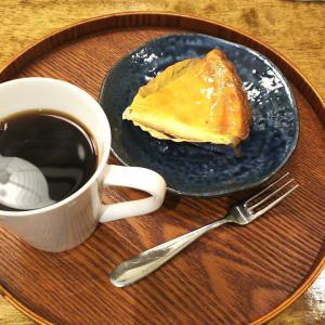 ホットコーヒーとチーズケーキ。
