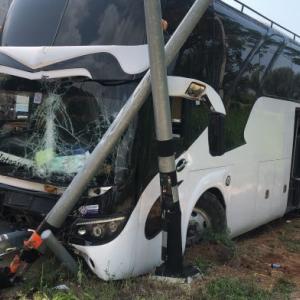 パタヤ)中国観光バスが事故、中国人7人負傷