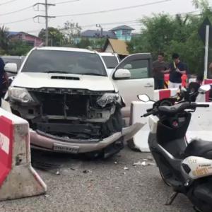 シラチャ)タクシーの無謀な運転、日本人の車が中央分離帯に衝突し大破!