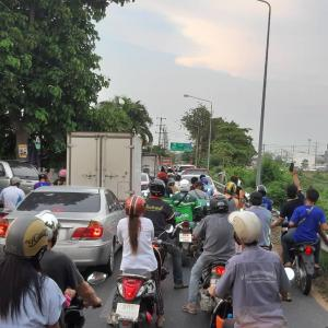 タイ)パタヤ市の出入り制限、検問ではバイクも百人以上の待ちに!