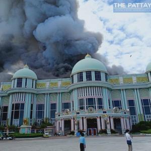 パタヤ)再開初日の今朝、観光スポットのSukhawadee Houseで大火災!(動画付き)