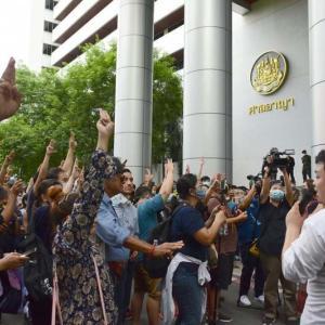 タイ)反政府派の弁護士や学生逮捕で、抗議集会が激化!注意を