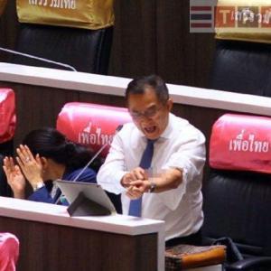 速報:タイ)衝撃!本日臨時議会で野党議員がリストカット!首相辞任を要求