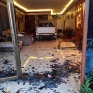 タイ)34歳元彼が嫉妬、彼女の家に車で突っ込む!(動画付き)