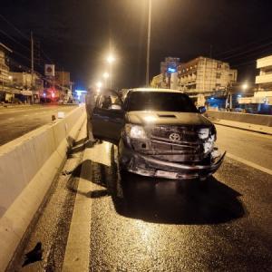 パタヤ)外出禁止時間に、酔った建設作業員が車で分離帯に衝突