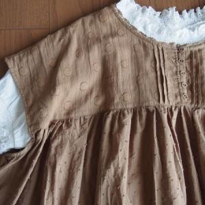 【初秋のワンピースでレイヤードコーデ】ドット柄で大人可愛いファッション