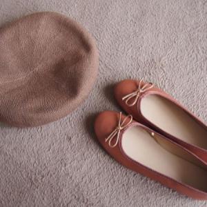 WEGOベレー帽の夏コーデ・バレエシューズおすすめの茶色はレース靴下で