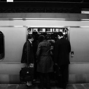 満員電車の地獄のツラさをマシにする3つの方法。「おっさん、臭すぎ…」