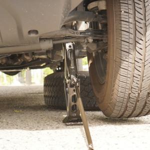 【ラングラーJL】車載純正ジャッキでタイヤ交換。ジャッキポイントは?