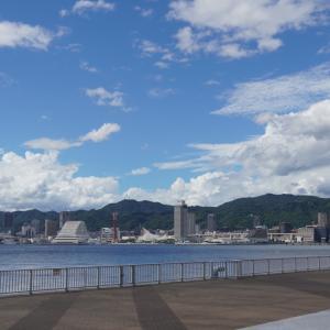ポートアイランドしおさい公園から見る神戸の街と六甲山の景色