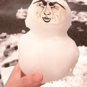 雪とだるまとヤマニンさん降臨