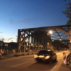 ドイツ人は橋の上に座るのがお好き?