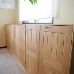 新しい家具が届く。モーエンス・コッホのブックケース。