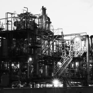 工場夜景。写真撮影はモノクロが最強説!?