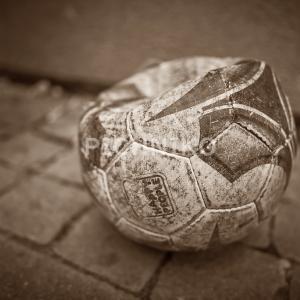 へしゃげたサッカーボールの画像