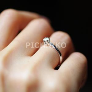 指輪をした手の画像