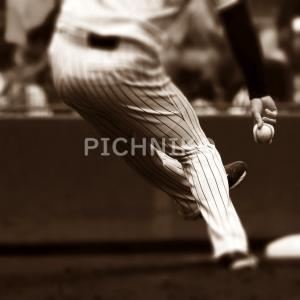 投球するピッチャーの画像