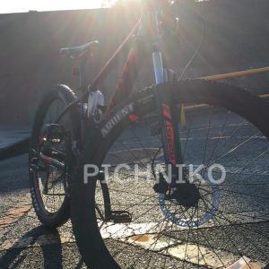 日光に当たるサイクリング車(sakumu)