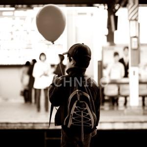 電車を待つ少年の画像