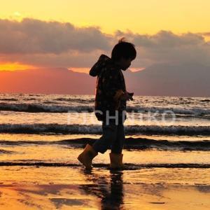 浜辺を駆ける少年の画像