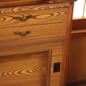 スリムでコンパクトな食器棚は引き戸タイプがおすすめ