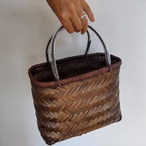 萌黄色のチュニック&竹籠バッグ