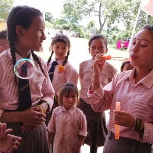 ネパール旅行記2-1 昨年本を贈与した村の小学校で子供たちと交流! 驚きの光景も!